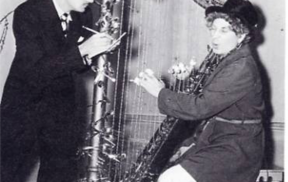 dali offrant une harpe à harp marx