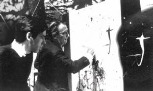Dali peignant la couverture du disque devant paco Ibanez