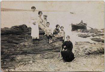 Famille de Dali sur la plage à Cadaques